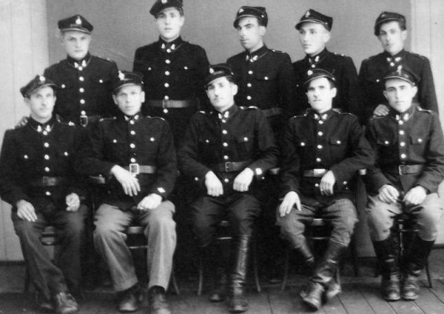 Zdjęcie wykonane w budynku szkoły w 1945 roku. U góry od lewej: Zbyrad Szczepan, Jan Małek, Jan Ordon, Józef Małek, Józef Witoń. Niżej od lewej: Władysław Wolan, Jan Rolek, Władysław Dryka, Władysław Wolan, Piotr Kieler.